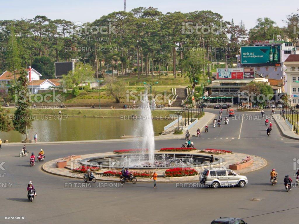 Área central do centro, Bulding e vida na cidade de Dalat, Planalto Central do Vietnã em 2012. 5 de dezembro. - foto de acervo