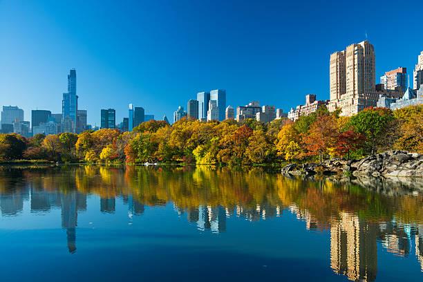 centrum park i centrum wieżowce w jesiennym - central park manhattan zdjęcia i obrazy z banku zdjęć