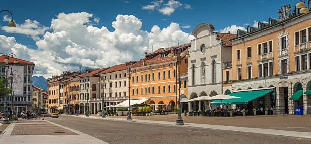 Central square in der Stadt von Belluno, Norditalien – Foto
