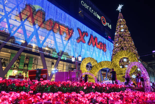 central world shopping-mall in der nacht, willkommen zum weihnachten und frohes neues jahr 2016 festival in bangkok, thailand - disney dekorationen stock-fotos und bilder