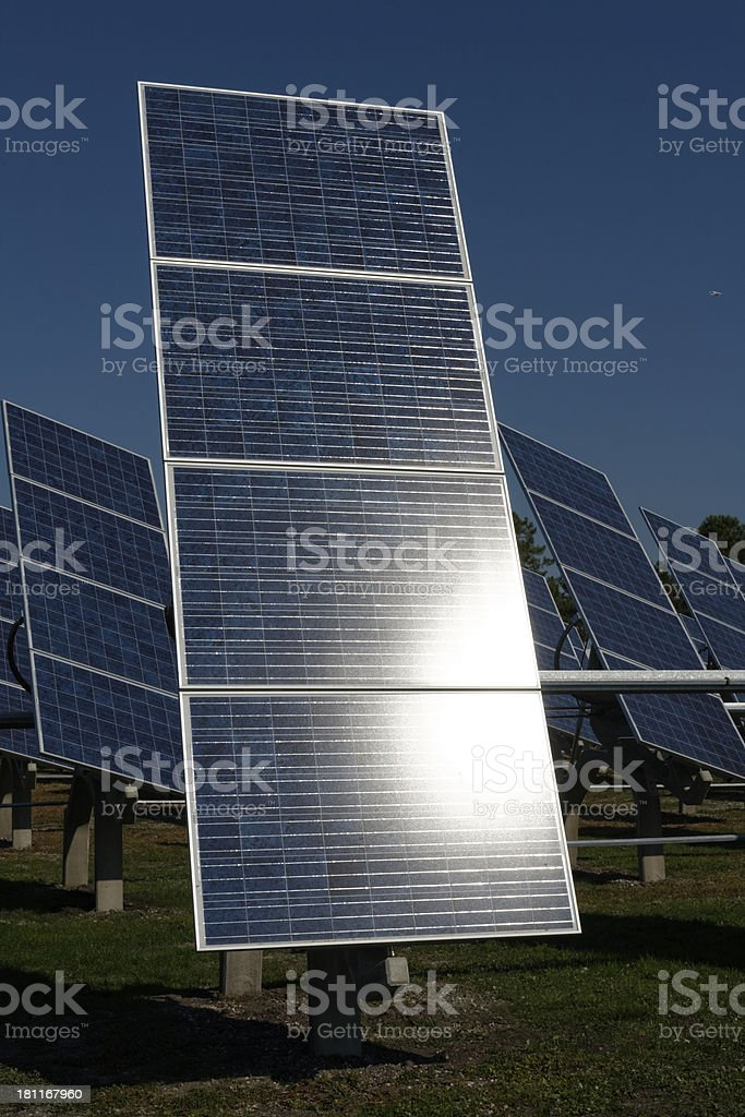 Centrale photovoltaïque en plein champs stock photo