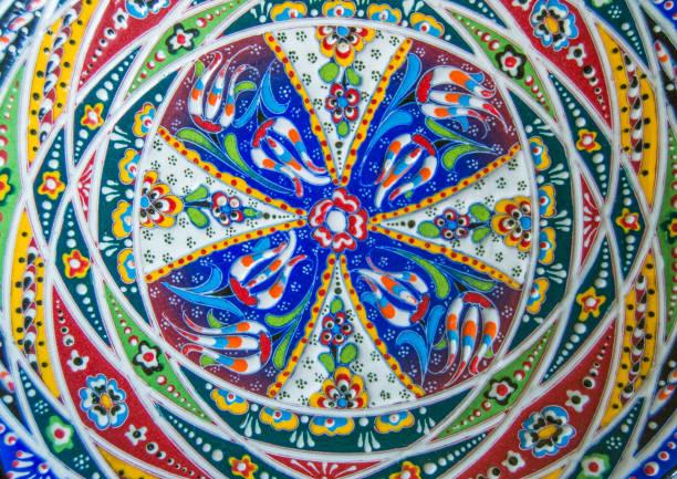 authentische keramikschale mit abstrakten arabeske muster, mandala - dachschräge einrichten stock-fotos und bilder
