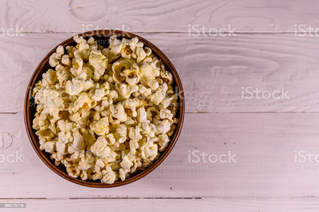 Ceramic bowl with popcorn on wooden table. Top view zbiór zdjęć royalty-free