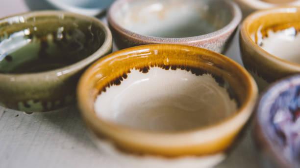 cuencos de cerámica para el primer plano de bebidas.  cerámica hecha por manos propias - alfarería fotografías e imágenes de stock
