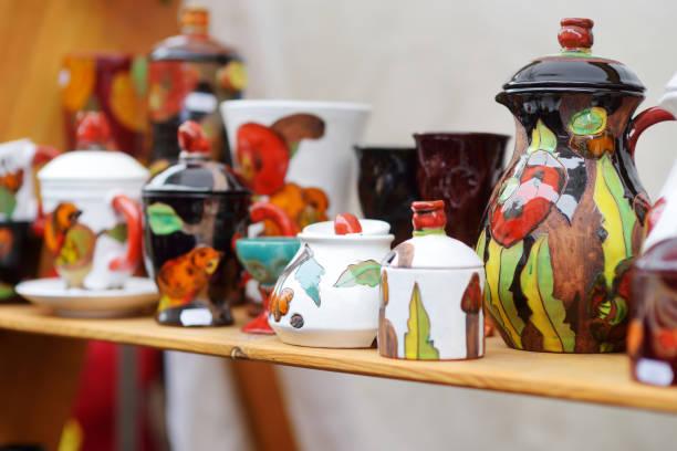 Keramikgeschirr, Geschirr und Krüge auf dem Ostermarkt in Vilnius verkauft – Foto
