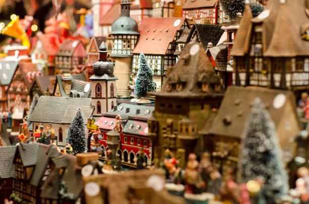 keramische weihrauch haus miniatur - weihnachtsfeier münchen stock-fotos und bilder
