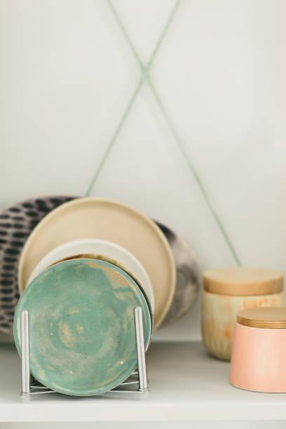 caneca cerâmica feita na roda de um oleiro na oficina - cerâmica artesanato - fotografias e filmes do acervo