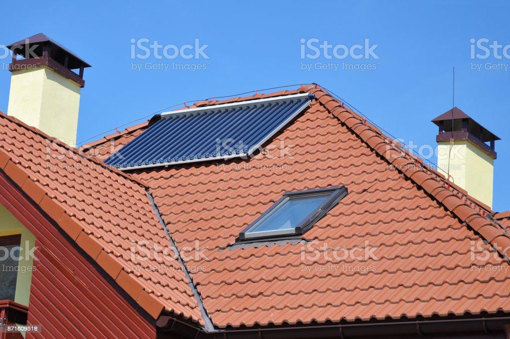 Keramische Dachziegel mit Dachfenster, Dachfenster, Solar-Panel, Vakuum Solarwasser-Heizung, Kamin und Blitzschutzsystem