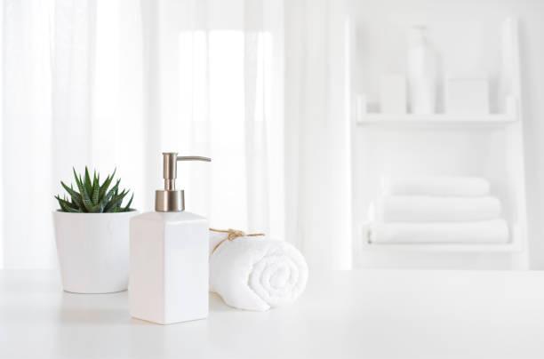 セラミック石鹸、タオル、ぼやけた白スパ背景にコピー スペース - 人工物 ストックフォトと画像