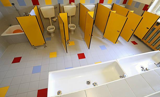 keramik toiletten und waschbecken im badezimmer der bereits im kindergarten - kindergarten handwerk stock-fotos und bilder