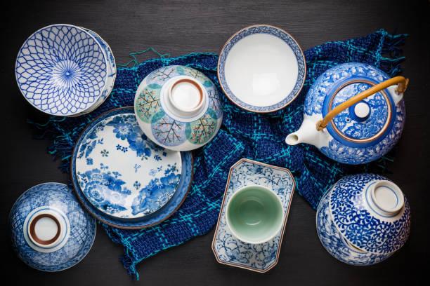 keramik-utensilien, schüssel teller und teekanne auf dem tisch. ansicht von oben - keramikteekannen stock-fotos und bilder