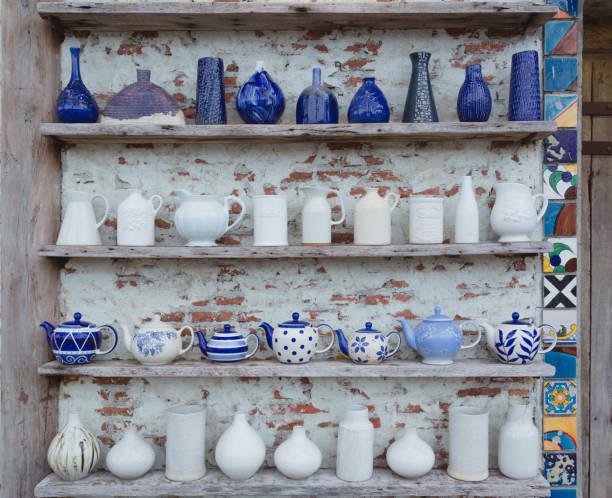 keramische-vasen sind auf regalen gelagert. - keramik vase stock-fotos und bilder
