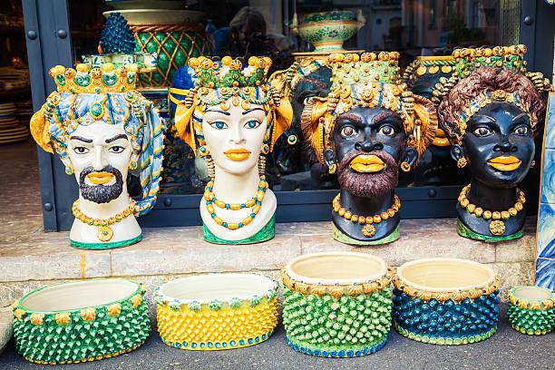 陶器の花瓶のフォームヘッド - ムーア様式 ストックフォトと画像