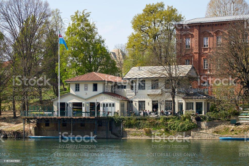 Cerea Rowing Club Edificio Y Terraza Con Gente Río Po En