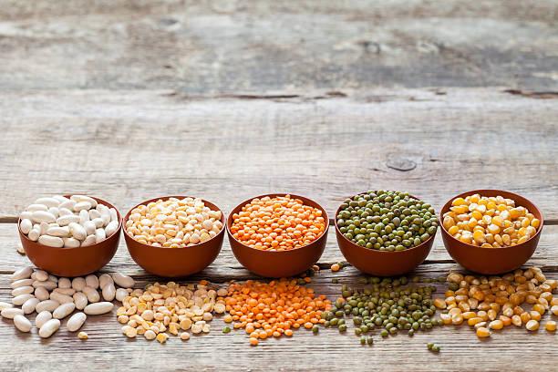 Granos de cereales :  Rojo, verde, lentejas mung maíz, frijol y guisantes - foto de stock