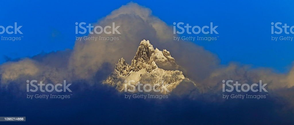 Cerro Olivia - montanhas enevoadas de Andes, Ushuaia - Tierra Del fuego, Argentina - foto de acervo