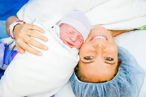 кесаревом сечении кесарева сечения родов мать и новорожденный - беременность и роды стоковые фото и изображения