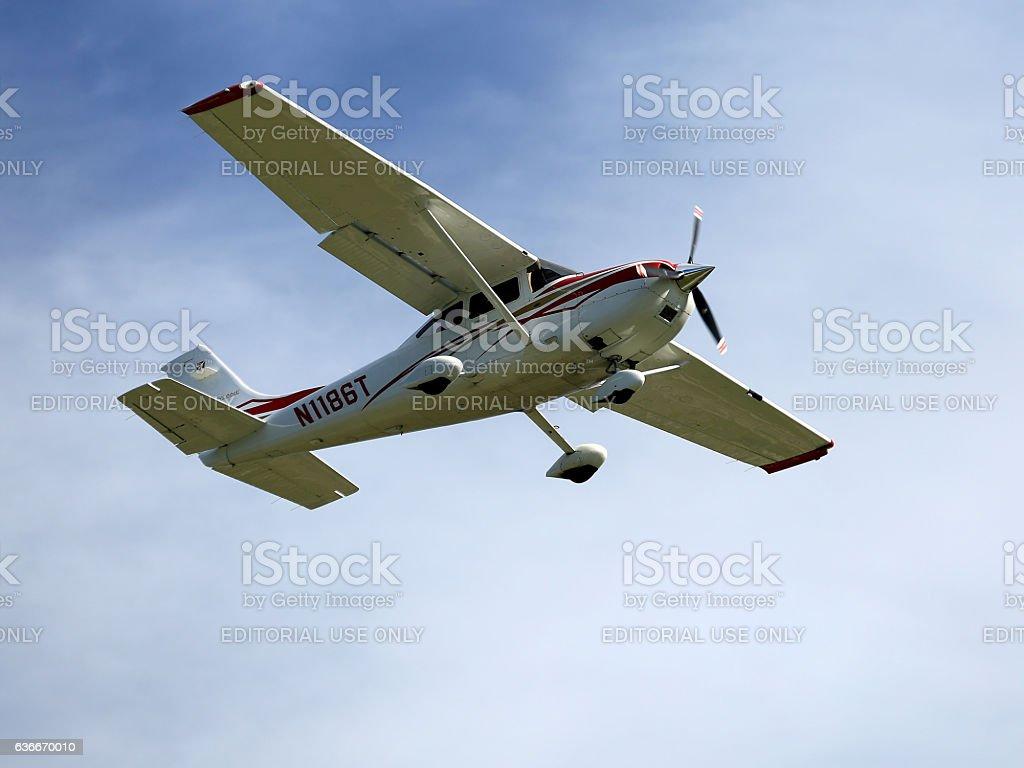 Photo De Cessna 182 Landing At Sarasota International Airport