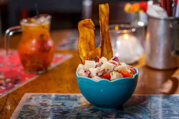 Ceviche com batata doce crocante Comida típica peruana com temperos clássicos pisco peru stock pictures, royalty-free photos & images