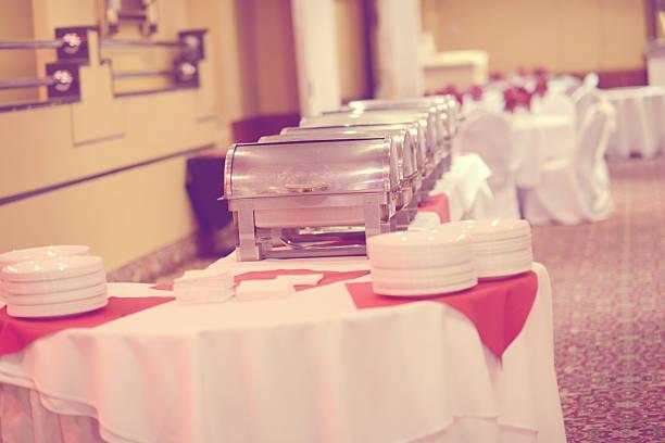 reibung gerichte zu, die für die bevorstehende zeremonie - esszimmer buffet stock-fotos und bilder