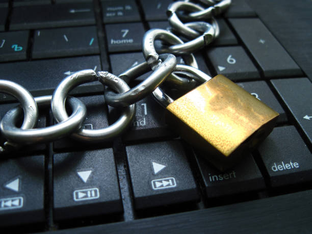 Chain and lock on laptop keyboard. Block chain technology, Computer ban, internet ban. Addiction. Anti virus Chain with lock on computer keyboard. It means block chain technology using or laptop banned or internet banned. Symbol of computer addiction, games, social networks, block chain for crypto currency and so on administrate stock pictures, royalty-free photos & images