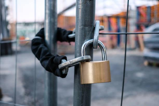 Kette und Vorhängeschloss am Tor auf Baustelle – Foto