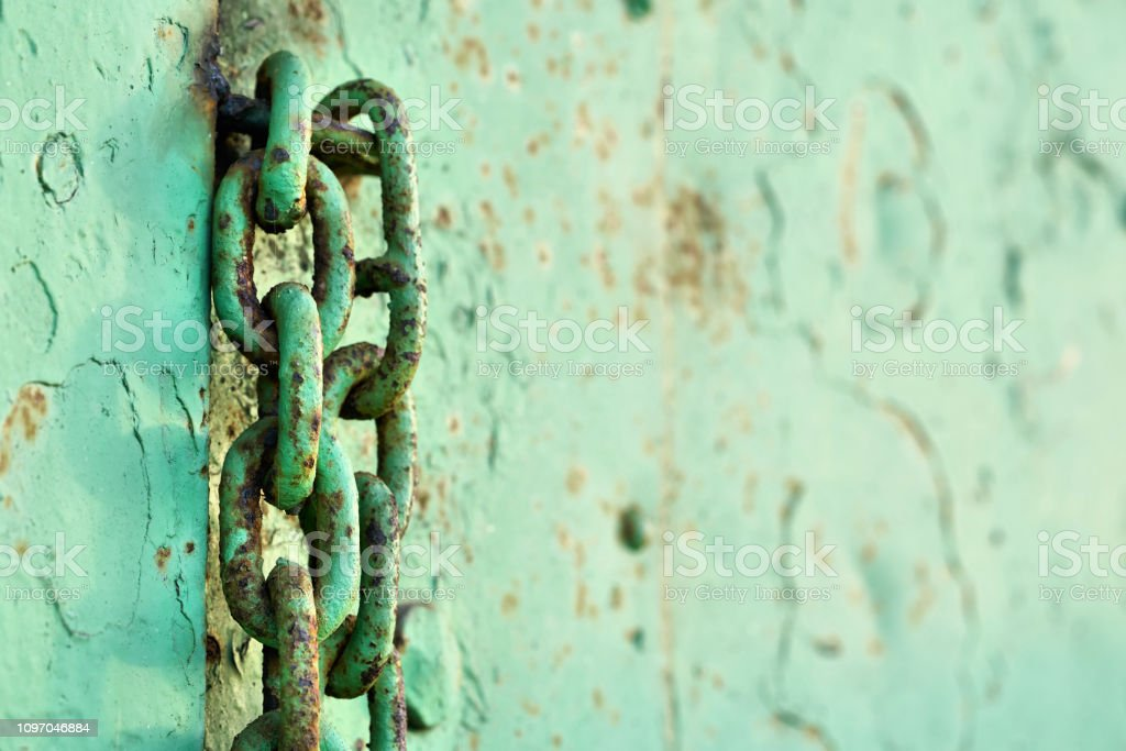 Kette an eine Stahltür – Foto