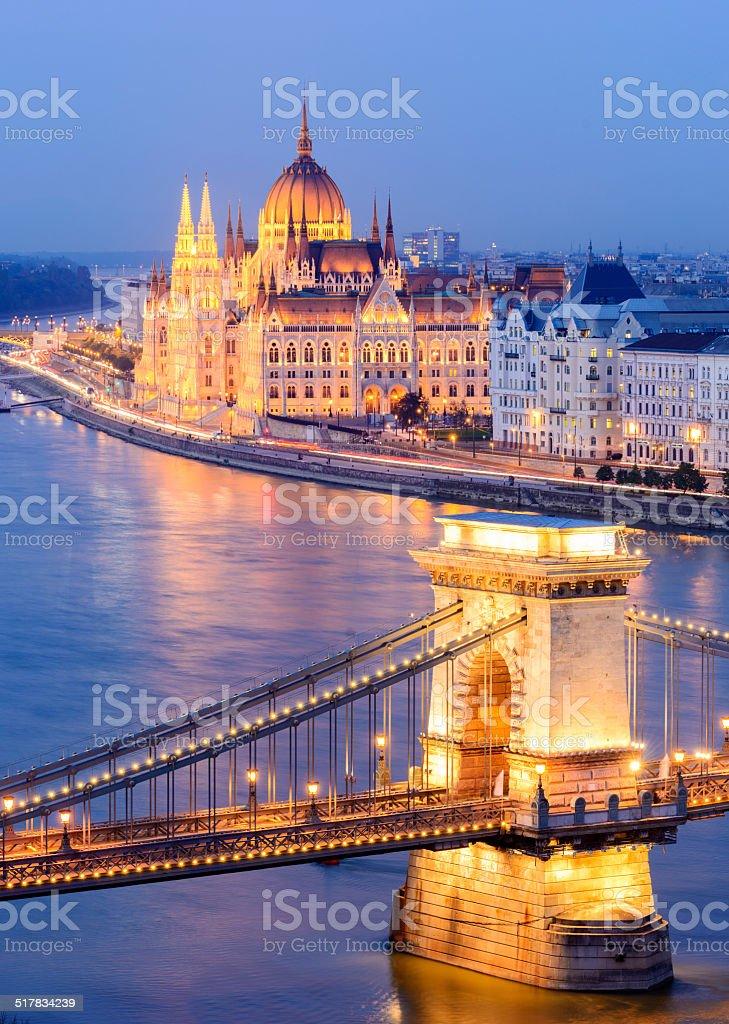 Chain Bridge and City Skyline at Night in Budapest Hungary foto
