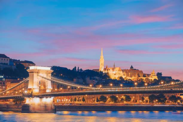 夜のブダペスト、ハンガリーの鎖橋 - マーチャーシュ教会 ストックフォトと画像