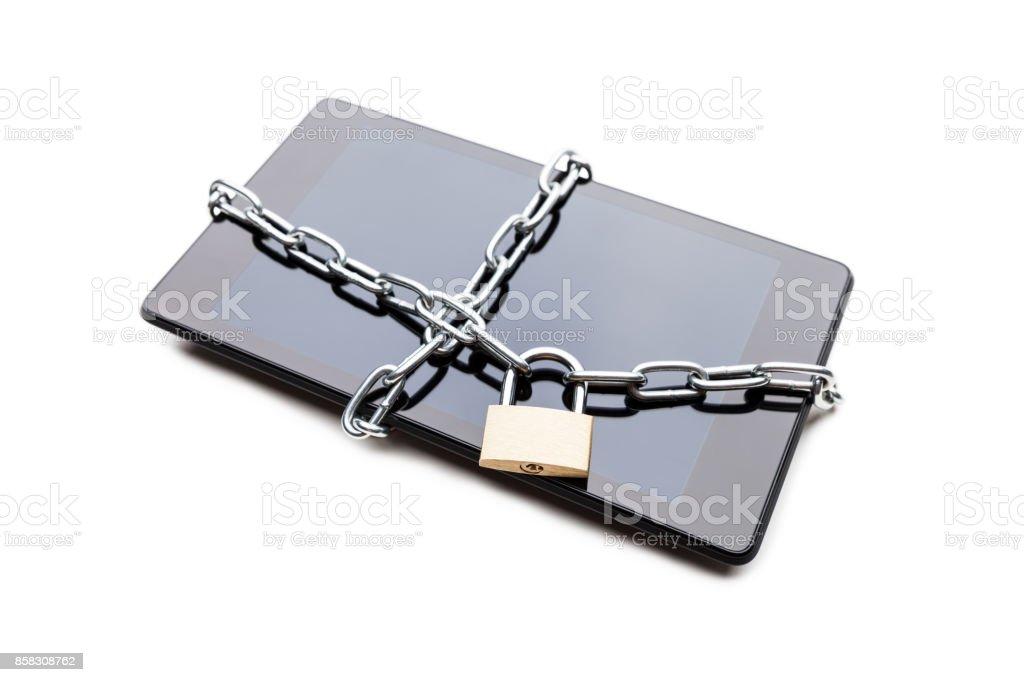 Kettenglied mit Vorhängeschloss auf Smartphone oder digitale Tablet-computer – Foto