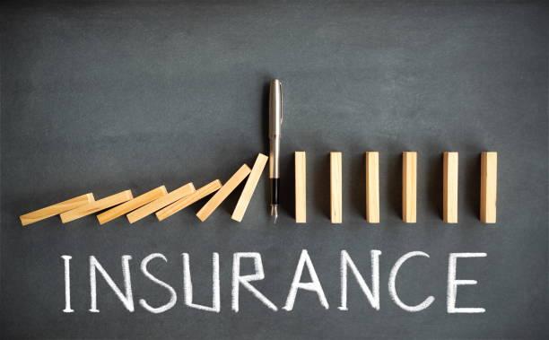 Chain Reaction und Versicherungskonzept mit Dominosteinen Sturz auf Tafel – Foto