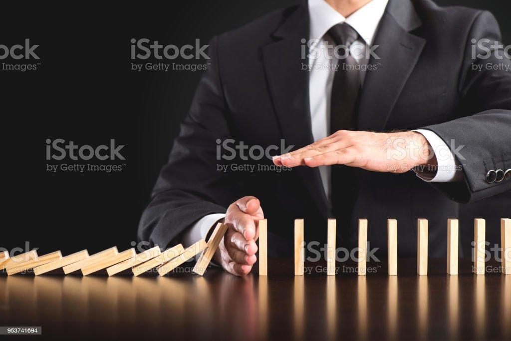 Kettenreaktion im Geschäftskonzept, Geschäftsmann Eingreifen Kette Dominos Sturz – Foto