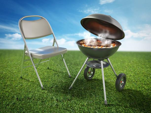 Stuhl und Grill mit rauchem Grillfleisch auf grünem Gras – Foto