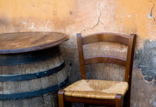 Stuhl Und Barrel Stockfoto und mehr Bilder von Alt