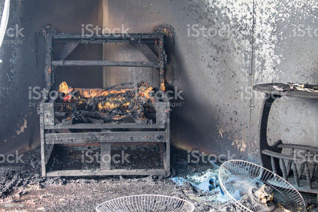 Sessel und Möbel im Zimmer brennen, nachdem durch Feuer verbrannt Szene – Foto