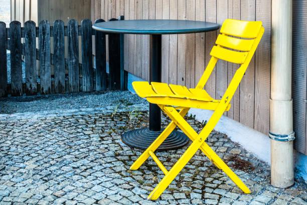 Stuhl auf einer Terrasse – Foto