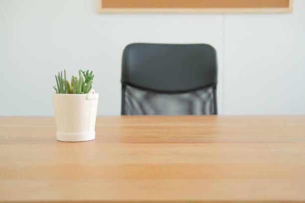 Schreibtisch Stuhl Tisch zu Hause Büro. Arbeiten Raum am Arbeitsplatz Arbeitsbereich – Foto