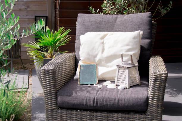 lehrstuhl für einen lounge-set in einem sonnigen garten - oliven wohnzimmer stock-fotos und bilder