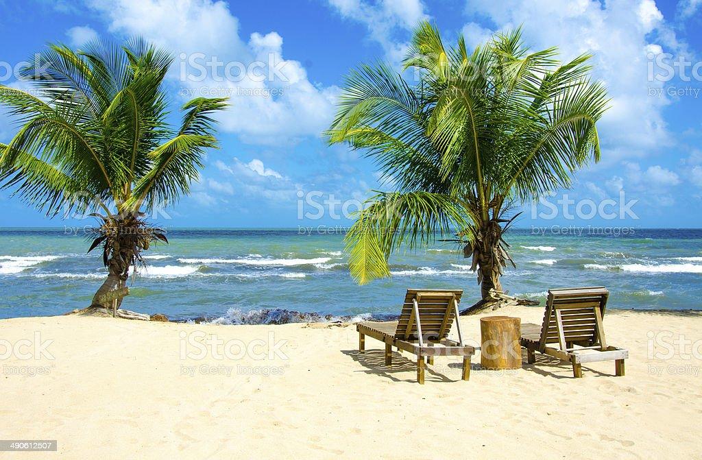 Silla en la hermosa playa - foto de stock