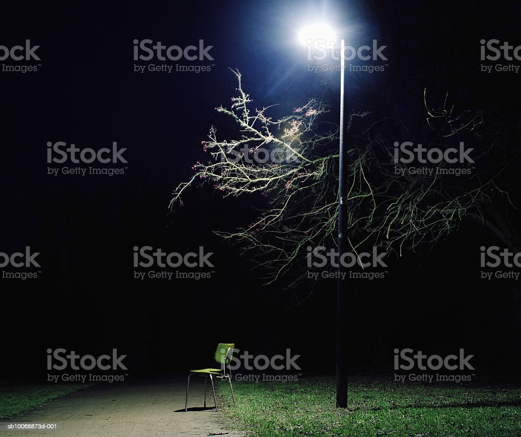Chair under street light in park at night foto de stock royalty-free