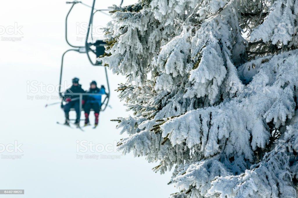 Sessellift in ein kleines Skigebiet. – Foto
