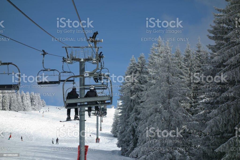 Avoriaz, France - 13 janvier 2016: Télésiège prendre les fans de sport d'hiver au-dessus des pistes enneigées à Avoriaz, France - Photo