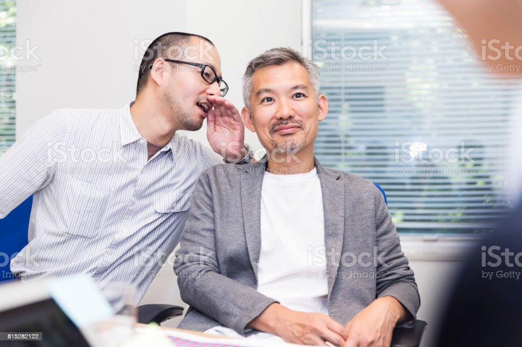 Président reçoit quelques conseils de son collègue - Photo