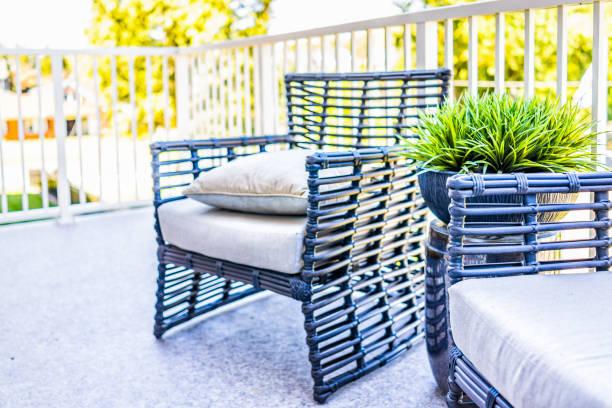 stühle und grüne pflanze im neuen haus closeup mit dekorationen auf balkon in der inszenierung vorbildliches haus oder wohnung - stuhlpolster stock-fotos und bilder