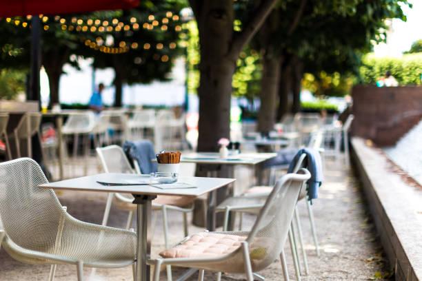 椅子やテーブル、英国ロンドンで屋外カフェのテラスで - 昼食 ストックフォトと画像