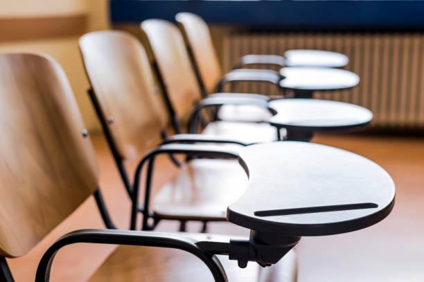 cadeiras e mesas na sala de aula do campus - vida de estudante - fotografias e filmes do acervo