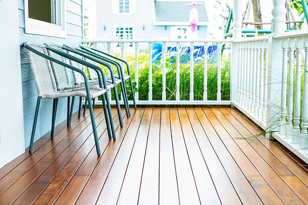Stühle zum Entspannen auf der hölzernen Veranda – Foto