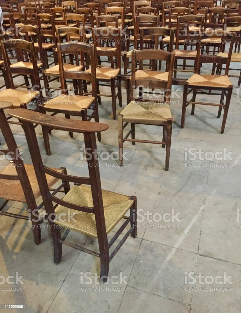 Stühle in der Pariser Kirche – Foto