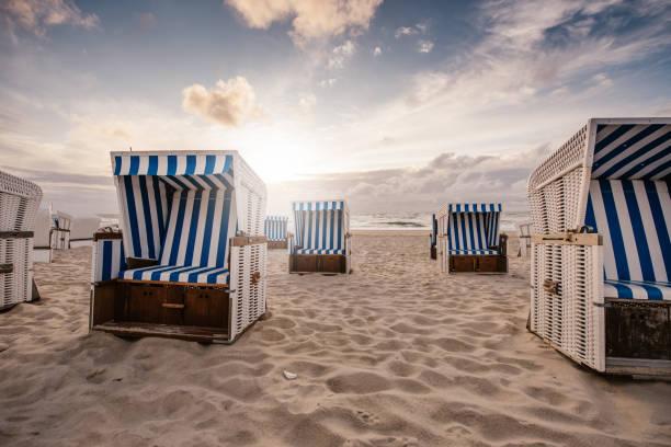 stühle am strand - sylt urlaub stock-fotos und bilder