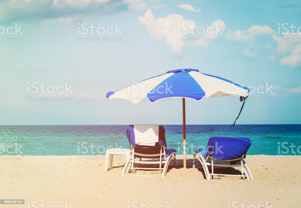 chairs on tropical sand beach foto stock royalty-free